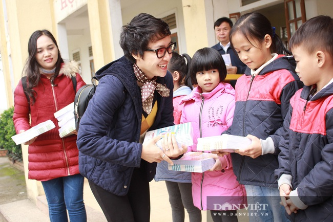"""Trao tặng gần 5.000 quyển vở ô ly cao cấp tuổi thơ cho 973 em sinh """"rốn"""" lũ Thanh Chương (Nghệ An) - Ảnh 3."""