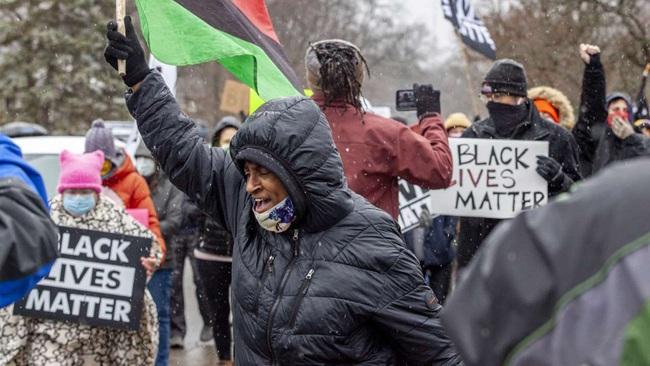 Cảnh sát giết người đàn ông da đen không vũ trang gây ra sự phẫn nộ mới ở Mỹ - Ảnh 1.