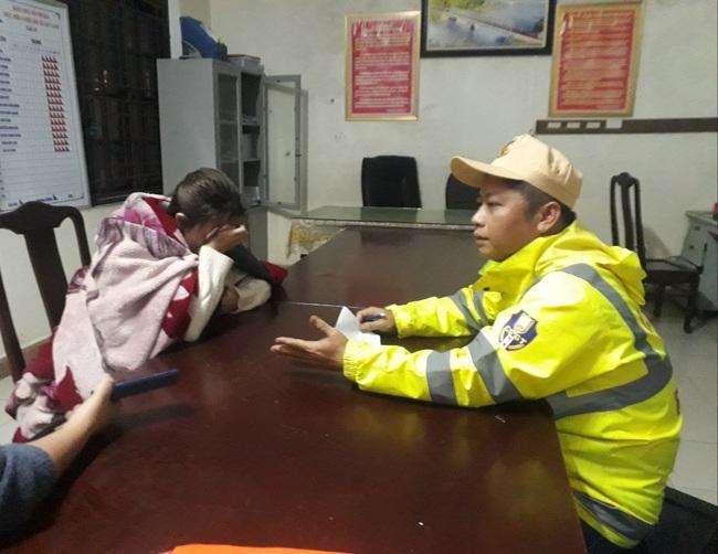 Công an lao xuống sông sâu cứu cô gái 19 tuổi giữa đêm rét buốt  - Ảnh 1.