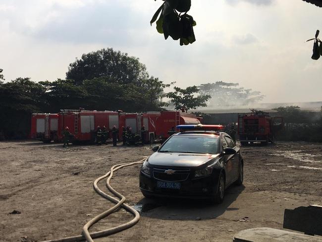 Cháy xưởng gỗ rộng hàng trăm m2 ở Sài Gòn, công nhân hốt hoảng tháo chạy - Ảnh 1.