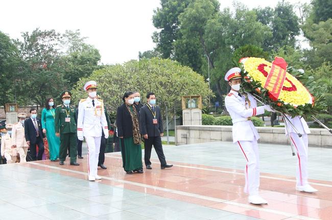 Ảnh: Các Đại biểu các DTTS Việt Nam xúc động vào Lăng viếng Chủ tịch Hồ Chí Minh  - Ảnh 1.