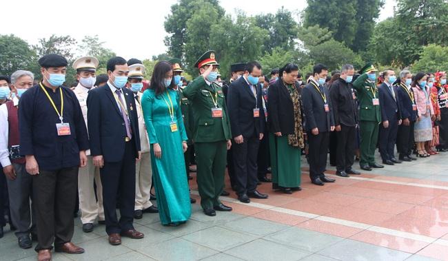 Ảnh: Các Đại biểu các DTTS Việt Nam xúc động vào Lăng viếng Chủ tịch Hồ Chí Minh  - Ảnh 3.
