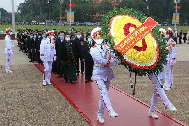 Ảnh: Các Đại biểu các DTTS Việt Nam xúc động vào Lăng viếng Chủ tịch Hồ Chí Minh  - Ảnh 2.