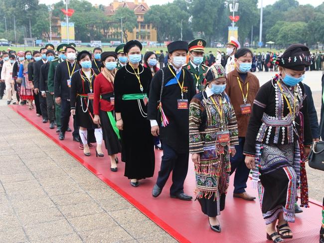Ảnh: Các Đại biểu các DTTS Việt Nam xúc động vào Lăng viếng Chủ tịch Hồ Chí Minh  - Ảnh 4.