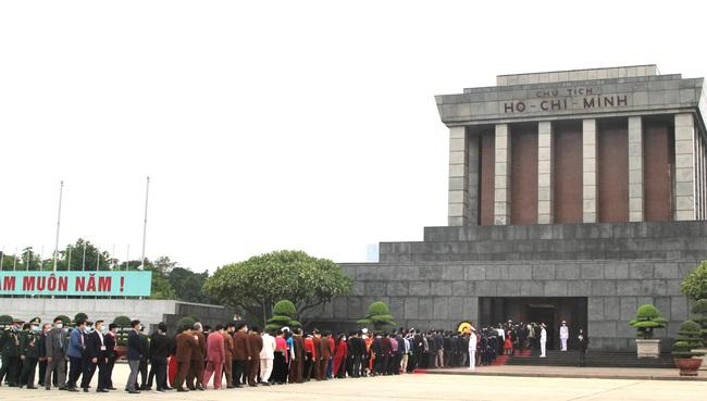 Ảnh: Các Đại biểu các DTTS Việt Nam xúc động vào Lăng viếng Chủ tịch Hồ Chí Minh  - Ảnh 5.