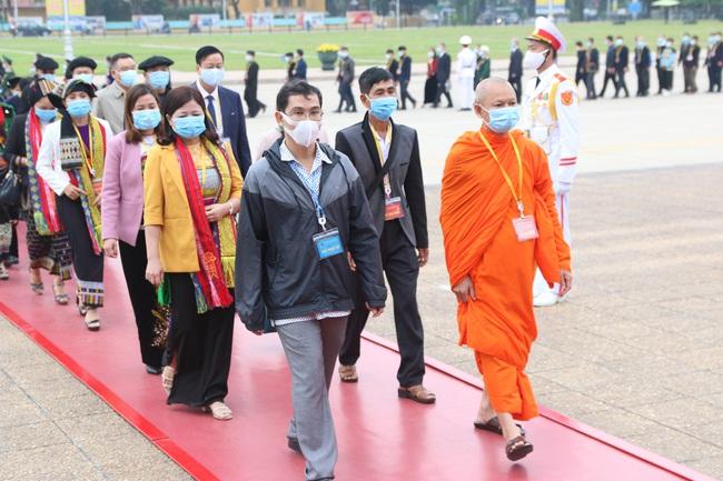 Ảnh: Các Đại biểu các DTTS Việt Nam xúc động vào Lăng viếng Chủ tịch Hồ Chí Minh  - Ảnh 6.