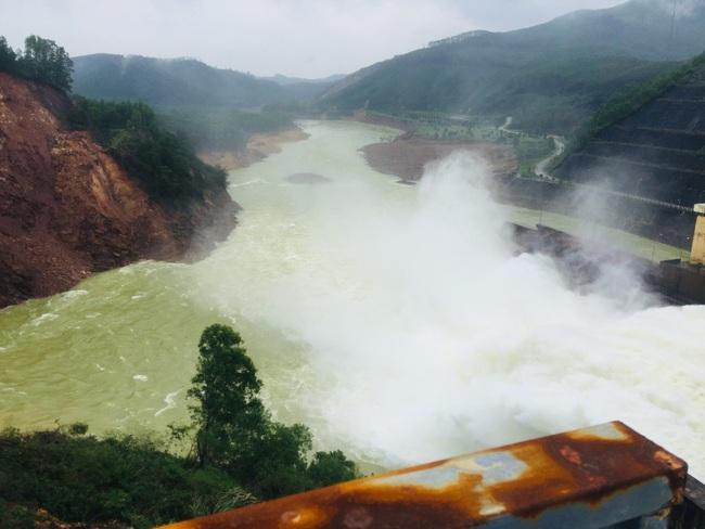 TT-Huế: Yêu cầu Thủy điện Hương Điền đảm bảo an toàn cho hạ du sau vụ sạt lở 5.000m3 gần chân đập  - Ảnh 1.