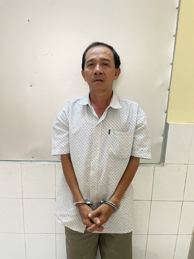 TPHCM: Bắt hai cha con giả Cảnh sát hình sự cướp tài sản của người dân - Ảnh 1.