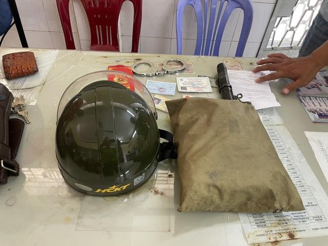 TPHCM: Bắt hai cha con giả Cảnh sát hình sự cướp tài sản của người dân - Ảnh 3.