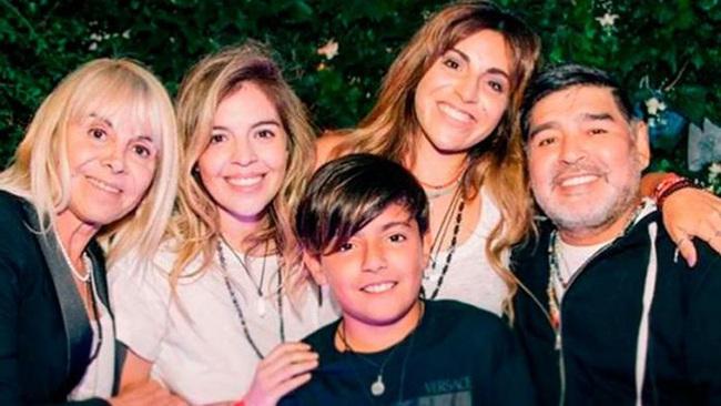Các con gái lớn của Maradona tranh nhau nộp đơn chia tài sản.