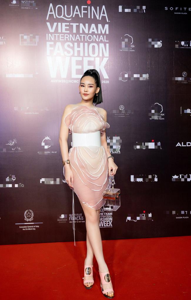 Hoa hậu Lê Âu Ngân Anh, Á hậu Kiều Loan đến ủng hộ nhà thiết kế Ivan Trần - Ảnh 2.