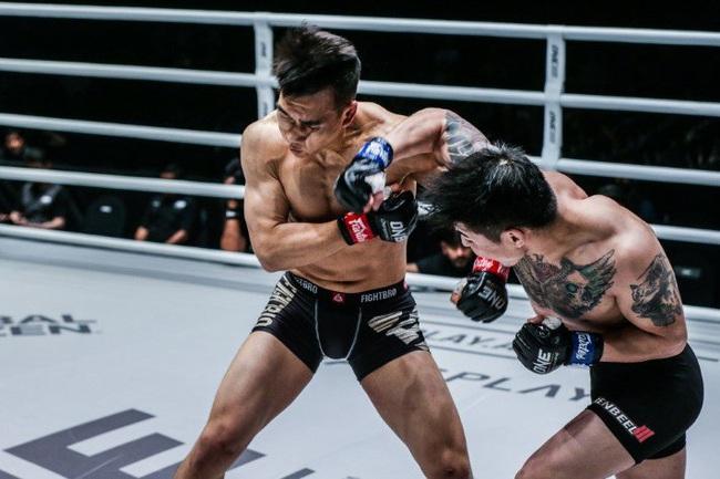 Clip: Bị đấm phát gục luôn, võ sĩ Trung Quốc quay sang đánh trọng tài - Ảnh 1.