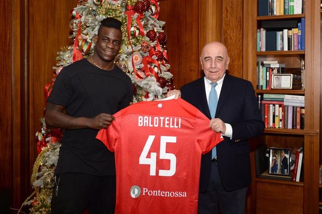 Balotelli vẫn trung thành với số áo 45.