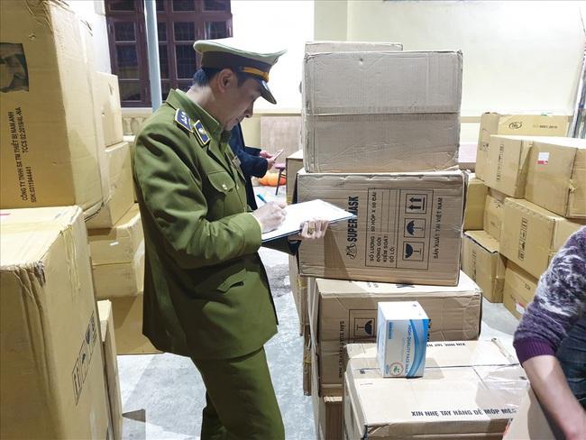 Bắt 2 vụ vận chuyển gần 400.000 chiếc khẩu trang y tế  sang Trung Quốc  - Ảnh 2.