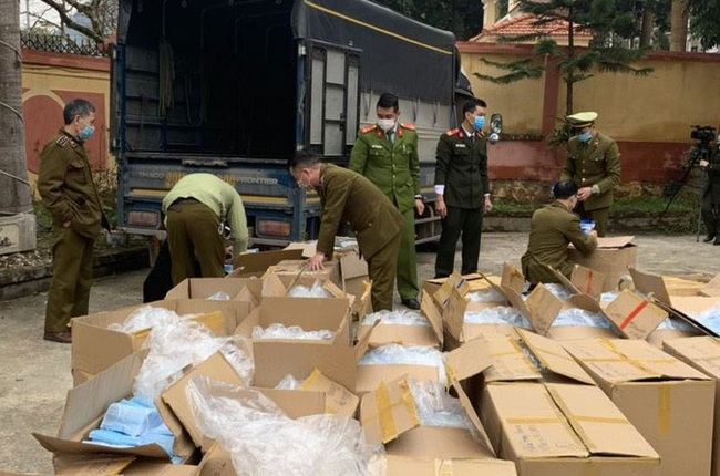Bắt 2 vụ vận chuyển gần 400.000 chiếc khẩu trang y tế  sang Trung Quốc  - Ảnh 1.