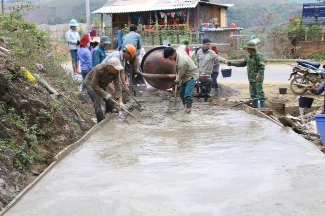 Nông dân Sơn La tích cực tham gia xây dựng nông thôn mới - Ảnh 1.