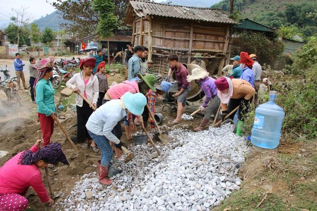 Nông dân Sơn La tích cực tham gia xây dựng nông thôn mới - Ảnh 2.