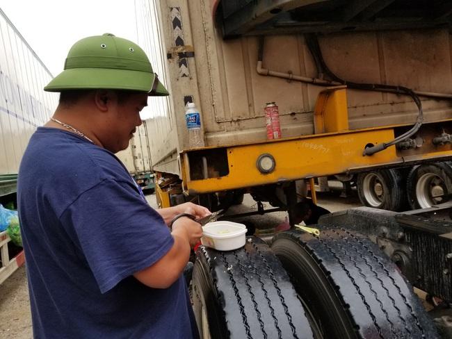 """Hơn 300 xe nông sản vẫn """"nằm dài"""" ở cửa khẩu Lạng Sơn chờ xuất sang Trung Quốc - Ảnh 3."""