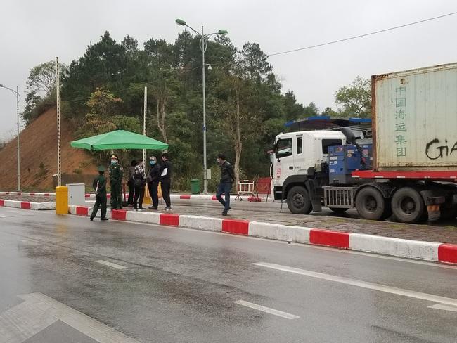 """Hơn 300 xe nông sản vẫn """"nằm dài"""" ở cửa khẩu Lạng Sơn chờ xuất sang Trung Quốc - Ảnh 1."""