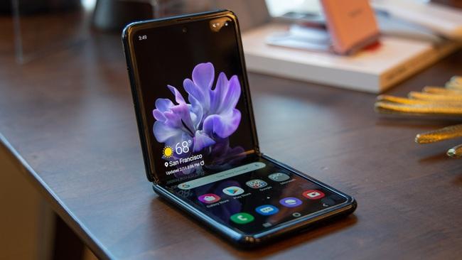Vì sao Samsung Galaxy Z Flip nắp gập thu hút giới yêu công nghệ? - Ảnh 1.
