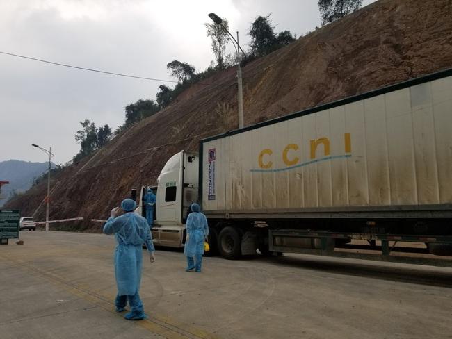 Ùn ùn xe chở nông sản thông quan qua cửa khẩu Tân Thanh - Ảnh 2.