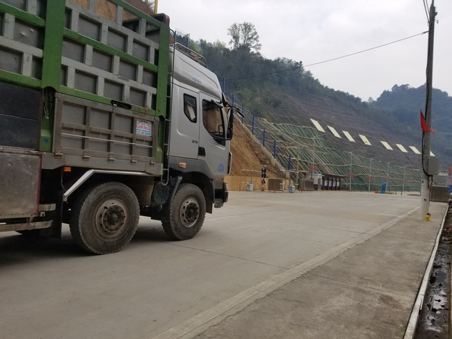 Ùn ùn xe chở nông sản thông quan qua cửa khẩu Tân Thanh - Ảnh 3.