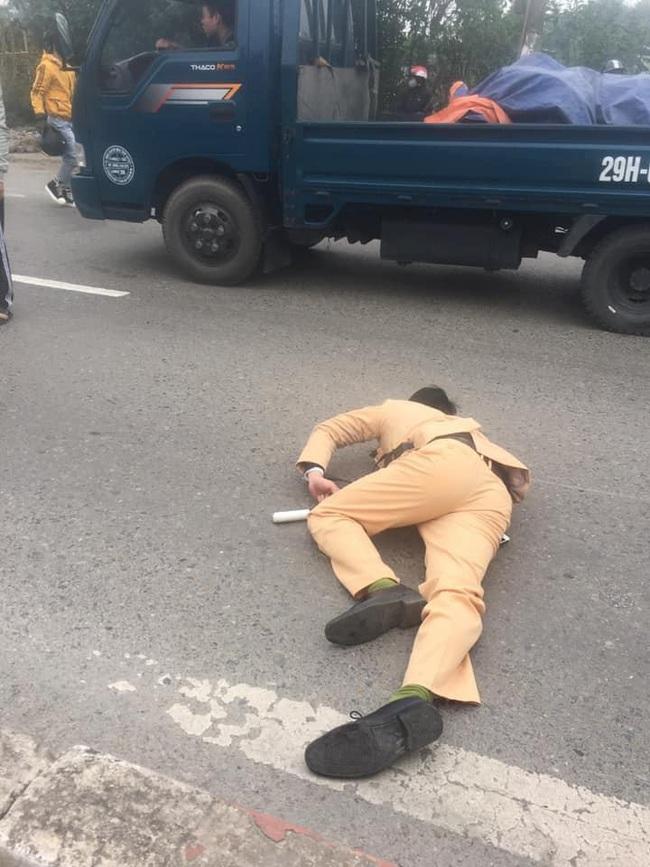 CSGT bị đôi nam nữ vượt đèn đỏ tông gục trên quốc lộ khi đang làm nhiệm vụ - Ảnh 1.