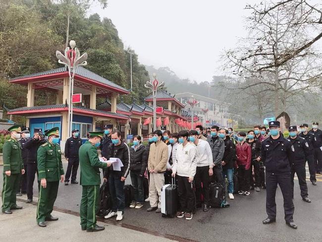 Lạng Sơn: Tiếp nhận 32 công dân Việt Nam xuất cảnh trái phép do Trung Quốc trao trả - Ảnh 1.