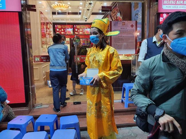 Mua vàng cầu may ngày vía Thần Tài, khách lỗ ngay 1,2 triệu đồng - Ảnh 1.
