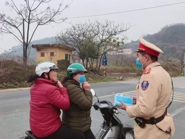 CSGT Lạng Sơn phát miễn phí 2.000 khẩu trang y tế cho hành khách  - Ảnh 1.