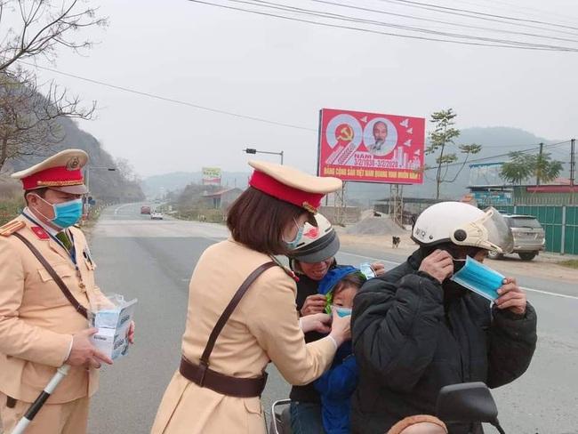 CSGT Lạng Sơn phát miễn phí 2.000 khẩu trang y tế cho hành khách  - Ảnh 2.