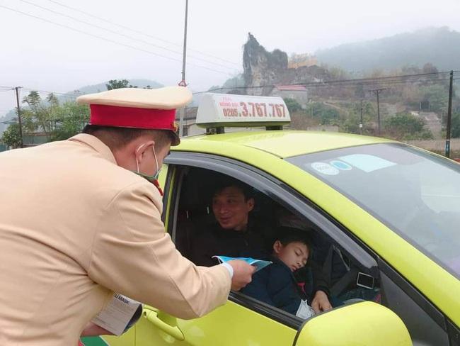 CSGT Lạng Sơn phát miễn phí 2.000 khẩu trang y tế cho hành khách  - Ảnh 3.