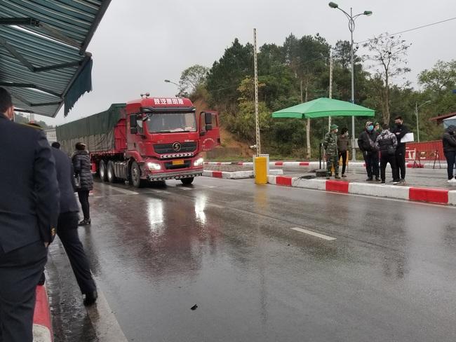 Ùn ùn xe chở nông sản thông quan qua cửa khẩu Hữu Nghị - Ảnh 2.