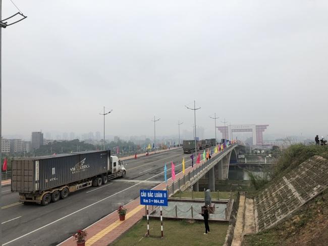 Thông quan trở lại Cầu Bắc Luân II, cửa khẩu quốc tế Móng Cái  - Ảnh 1.