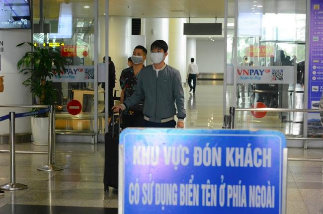 Hôm nay, dừng chở công dân từ nước ngoài về Nội Bài phòng dịch Covid-19 - Ảnh 1.