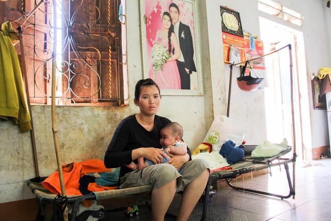 Hơn 3 năm ròng rã chạy chữa cho con trai bị não úng thủy, vợ chồng trẻ người Tày vẫn tin có phép màu - Ảnh 2.