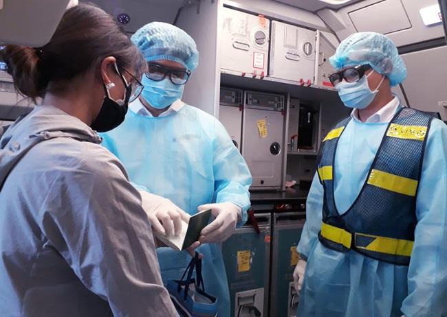 Hành khách nhiễm dịch Covid-19: Hãng hàng không có gói bảo hiểm hỗ trợ  - Ảnh 1.
