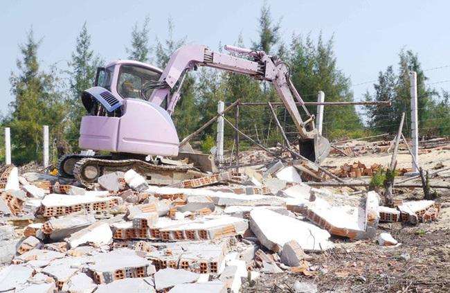 Vi phạm đất đai tại KKT Nhơn Hội: Tuy giảm nhưng vẫn phức tạp - Ảnh 1.