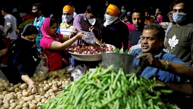 """Kinh tế Ấn Độ bắt đầu """"tê liệt"""" sau lệnh phong tỏa quốc gia 1,3 tỷ dân - Ảnh 1."""