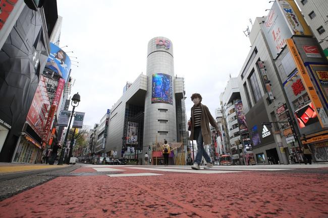 Tokyo yên tĩnh dịp cuối tuần khi số ca nhiễm Covid-19 tăng đột biến - Ảnh 1.