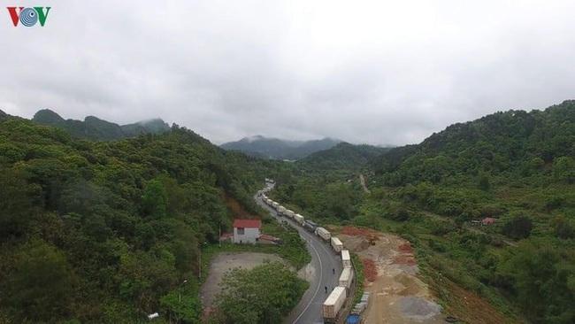 Siết chặt kiểm soát dịch bệnh, 1.300 xe hàng ùn ứ tại cửa khẩu Lạng Sơn - Ảnh 2.