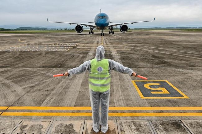 Sân bay Vân Đồn đón thêm 56 công dân Việt Nam từ Ukraine về nước  - Ảnh 1.