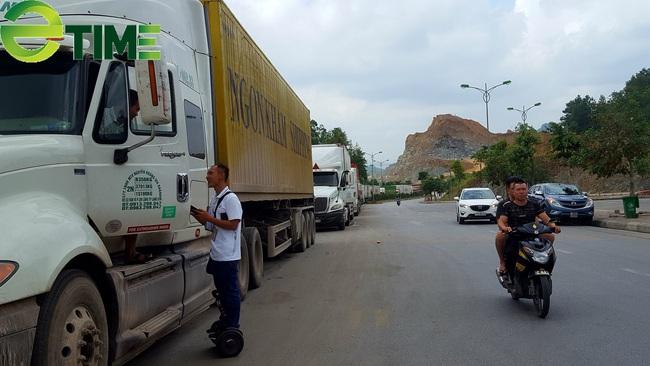 Siết chặt kiểm soát dịch bệnh, 1.300 xe hàng ùn ứ tại cửa khẩu Lạng Sơn - Ảnh 3.