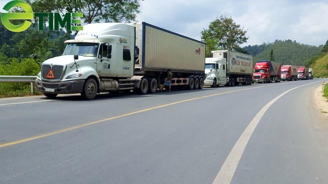 Siết chặt kiểm soát dịch bệnh, 1.300 xe hàng ùn ứ tại cửa khẩu Lạng Sơn - Ảnh 1.