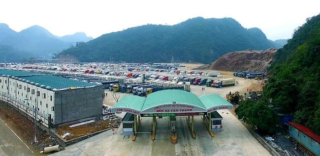 Hàng hóa vẫn ùn ùn lên cửa khẩu, chỉ xuất khẩu được 300 - 350 xe/ngày - Ảnh 1.