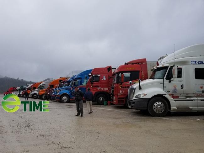 Hàng hóa ùn ùn lên cửa khẩu, chỉ xuất được 300 - 350 xe/ngày - Ảnh 2.