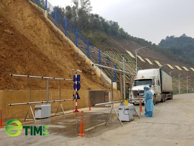 Hàng hóa ùn ùn lên cửa khẩu, chỉ xuất được 300 - 350 xe/ngày - Ảnh 4.