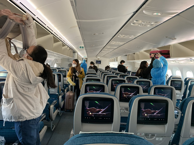 Chuyến bay đặc biệt của Vietnam Airlines tới Anh giữa tâm dịch Covid-19 - Ảnh 1.