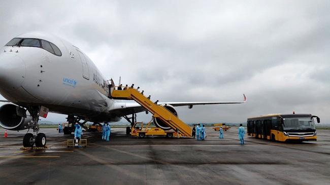 Sân bay Vân Đồn đón thêm 308 kỹ sư Hàn Quốc sang Việt Nam làm việc - Ảnh 1.