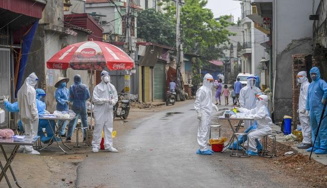 Hà Nội test nhanh hơn 1.300 người dân khu vực bệnh nhân 266 cư trú - Ảnh 11.